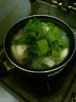 20150514-会社で料理-後片付けが楽な会心の煮込みビーフン-06-小松菜の葉.jpeg
