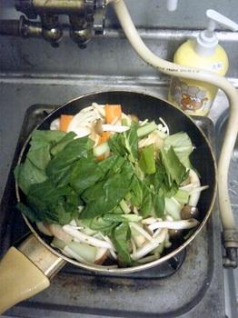 20150610-会社で料理-チキンソテーと鶏の南蛮漬け-07-小松菜を炒める.jpeg