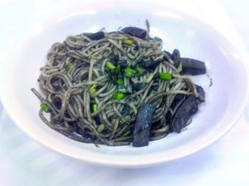 20151001-会社で料理-パスタ糖質0麺でイカ墨スパゲティ-08-出来上がり.jpeg