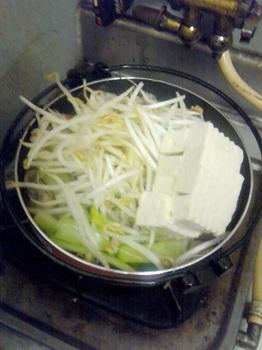 20160307-会社で料理-ボリューム比率を間違えた春雨鍋-05-豆腐とモヤシ出汁.jpeg